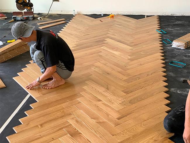 Lắp đặt sàn gỗ tự nhiên xương cá