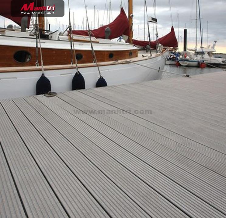 Cầu cảng được làm từ sàn gỗ nhựa sang trọng với độ chịu lực tốt.