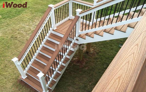 Bậc cầu thang được lát từ gỗ nhựa.