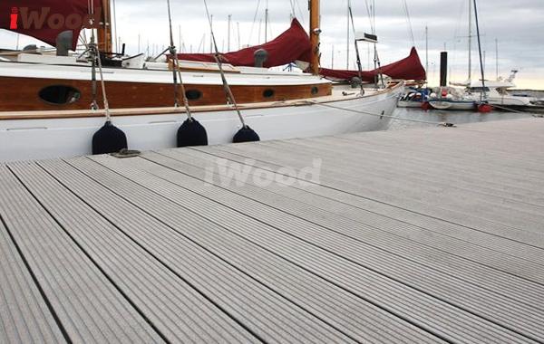 Cầu cảng gỗ nhựa cũng rất đa dạng về màu sắc, kiểu dáng.