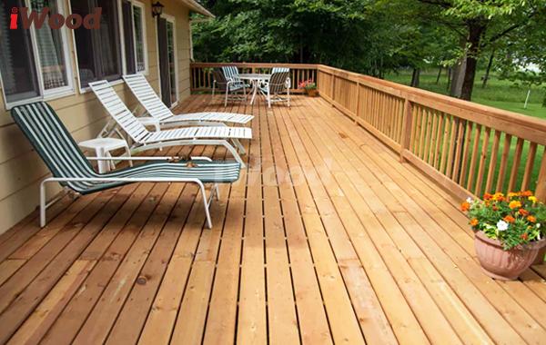Một ngôi nhà lắp đặt gỗ nhựa iWood cho cả hai hạng mục: lát sàn và lắp đặt lan can.